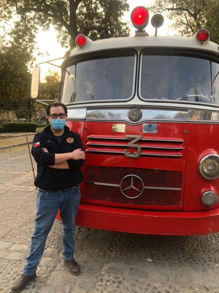 "El Sr. Ayudante del Director don Camilo Cea Wilhelm junto a la reliquia Mercedes Benz 1957 ""La Meche"""